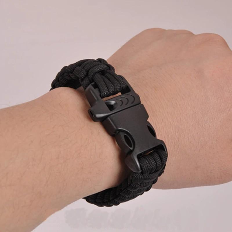 Bracelet paracorde porté au poignet