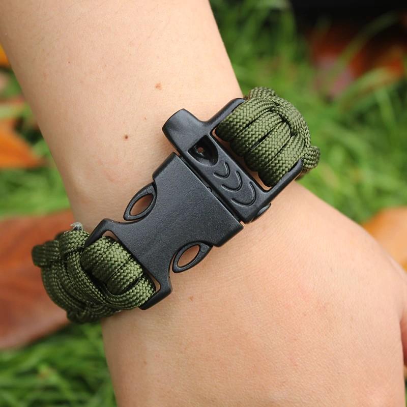 Bracelet paracorde vert au poignet